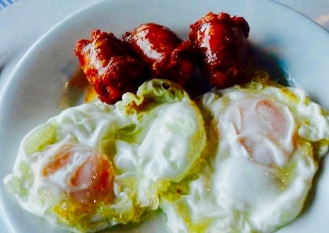 fried eggs with chorizo, asturias, plate, calories, fat, typical spanish, north of Spain